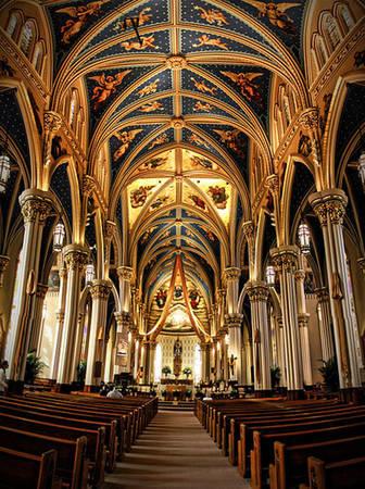 Họa tiết trang trí bên trong các tòa nhà theo phong cách Gothic sang trọng và cổ kính.