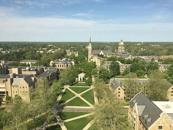 Trường được biết đến với những kiến trúc Gothic ấn tượng, đặc biệt là tòa nhà chính với mái vòm vàng và tượng Thánh Mary ở trên đỉnh.