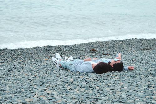 Cặp tình nhân hẹn hò tại bờ biển Hakdong Mongdol.