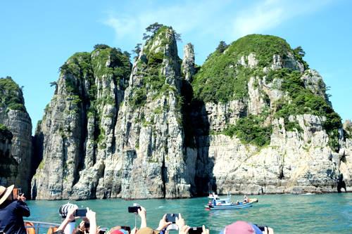 Đảo đá tự nhiên Haekumkang nằm giữa vùng biển phía nam.