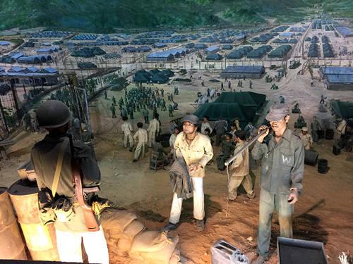 Hình ảnh mô phỏng về cuộc sống của các tù binh trong thời chiến tranh tại công viên di tích đảo Geoje.