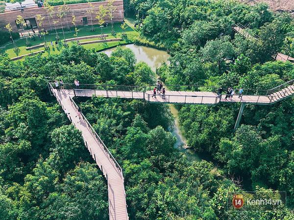 """Pa Nai Krung - tạm dịch là """"Rừng trong thành phố"""" với diện tích 1,92 hécta được hình thành thông qua dự án xã hội của tập đoàn xăng dầu Thái Lan PTT và mở cửa miễn phí từ năm 2016. Từng là một bãi tập kết phế thải, giờ đây Pa Nai Krung trở thành một """"công viên cây xanh"""" có đường đi bộ trên cao xuyên qua các phần rừng, đài quan sát 360 độ, một viện bảo tàng nhỏ cùng khu vườn trên cao."""
