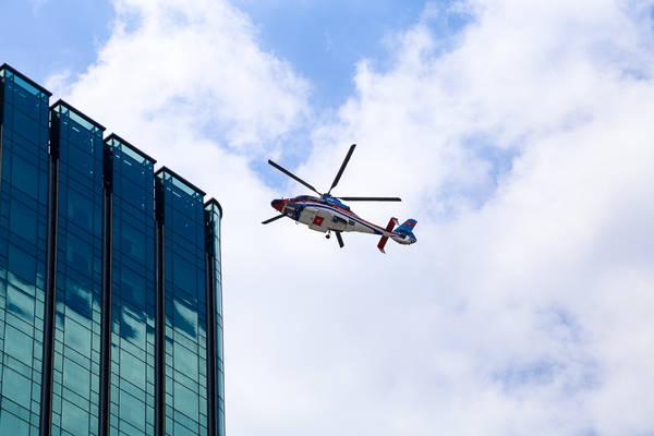 Cận cảnh chiếc trực thăng chuẩn bị đáp xuống tòa nhà Times Square. Ảnh: Kenh14
