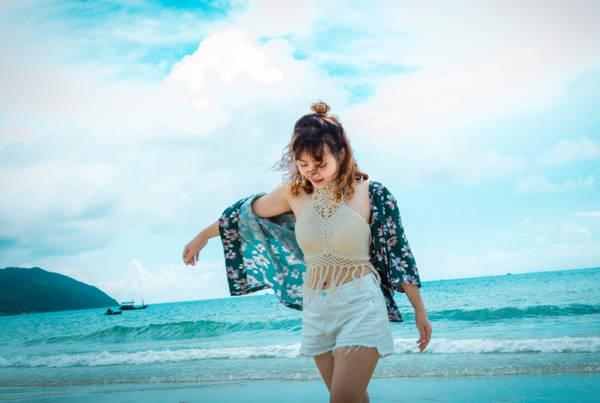 Nếu đến Quan Lạn, bạn không nên bỏ qua bãi tắm Minh Châu đẹp nhất ở đây. Cát rất mịn và nước trong xanh. Đến tối, các khách ở homestay kéo nhau ra biển làm một bữa tiệc nướng trên biển. Một đêm vui vẻ và đáng nhớ đó khép lại hành trình trên đảo Quan Lạn của chúng tôi.