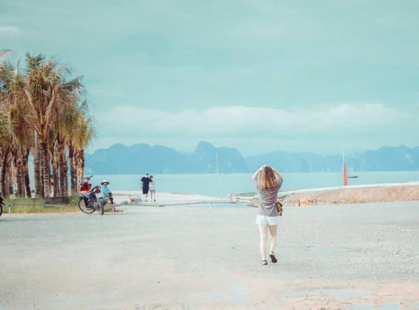 Ngày hai, sáng tôi dậy sớm đi bộ ra biển Bãi Cháy để ngắm bình minh. Bạn muốn tắm có thể mang theo đồ để tắm biển. Sau đó, bạn nên về khách sạn chuẩn bị đồ đạc để khám phá khu giải trí Sun World Hạ Long Park, gồm 3 điểm: Công viên Rồng, Công viên nước và khu Cáp treo Nữ hoàng.