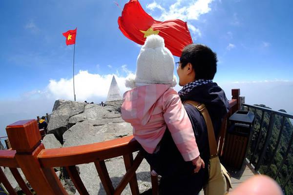 Vốn có đam mê du lịch mãnh liệt, từng đặt chân tới 40 quốc gia, anh Nguyễn Thành Trung (giám đốc điều hành một công ty ở Hà Nội) cùng vợ quyết định đưa con gái 2 tuổi tham gia vào một chuyến hành trình xuyên Việt kéo dài 60 ngày. Đây thực sự là một kỷ niệm đáng nhớ với gia đình nhỏ và là trải nghiệm đầu đời lý thú với bé Ốc - con gái của hai vợ chồng.