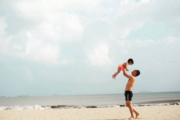 """Anh Trung chia sẻ, hai tháng đi liền, vợ chồng anh nhiều khi cũng mệt do phải di chuyển nhiều, hành lý và thay đổi môi trường liên tục, từ lúc trời lạnh của Hà Nội ngày sau Tết, đến cái nóng ở Quy Nhơn, ẩm thấp ở Cà Mau, rồi lại nóng điên cuồng ở Châu Đốc, lên Đà Lạt lại lạnh se se, hay nắng chang chang ở Phú Quốc. Nhưng ngược lại, Ốc càng đi càng khỏe. Có những chuyến xe, cả bố mẹ đều mệt bờ bệt, thì bé vẫn hát hò, nhảy múa, hát hò. Có những lúc cũng mệt, cũng có chút stress, hai vợ chồng cũng có những lúc phải lo, cũng có lúc """"bực điên"""" với cả Ốc. Nhưng con gái vẫn chính là nguồn động viên rất lớn, để hai anh chị thực hiện thành công hành trình này."""
