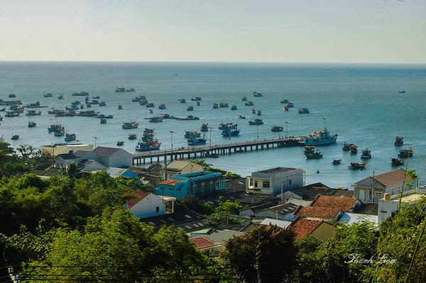 Cầu cảng Lại Sơn với những con tàu neo đậu hiện ra trong tầm mắt, giúp bạn hình dung được nhịp sống thanh bình của ngư dân miền biển Tây.