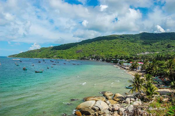Con đường quanh đảo với chu vi 16 km, quanh co uốn lượn theo bờ biển với những rặng dừa nghiêng soi bóng dưới làn nước biển xanh ngắt, khiến bạn vô cùng thích thú.