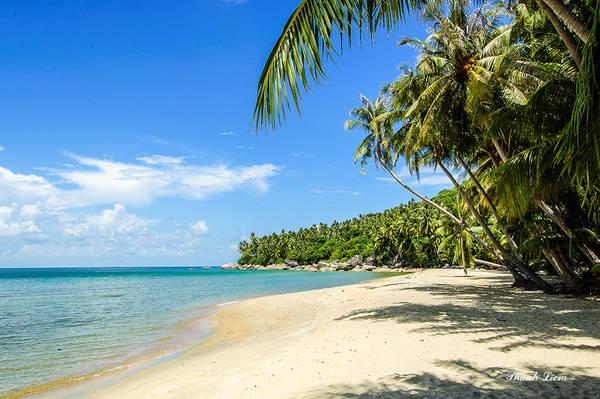 Bãi Bàng là một trong những bãi tắm tuyệt đẹp, với biển xanh cát trắng và nắng vàng quanh năm, sóng nhè nhẹ vỗ bờ. Đây là một bãi biển rất sạch, đẹp và còn nguyên nét hoang sơ với bãi cát trải dài, rất thích hợp cho việc du lịch dã ngoại, khám phá thiên nhiên.