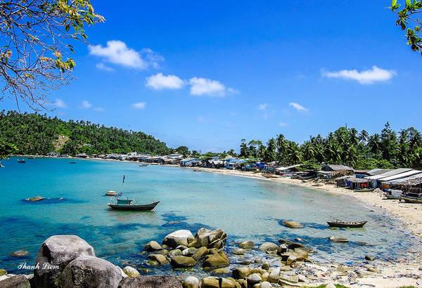 Ngoài ra Hòn Sơn còn còn có những bãi biển đẹp như Bãi Đá Chài mang vẻ đẹp hoang sơ.