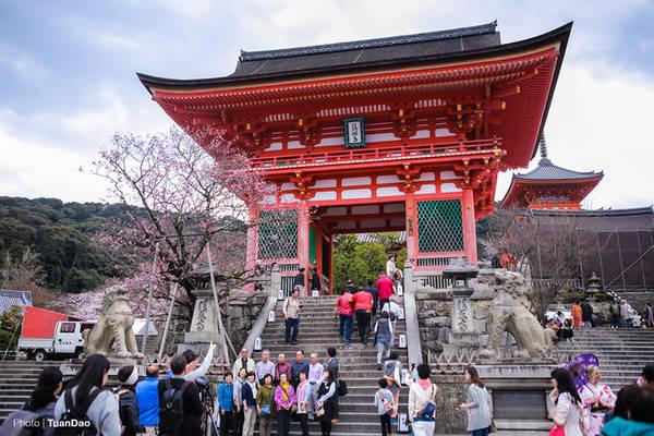 Cổng vào chùa Thanh Thủy, được sơn màu cam đỏ nổi bật trên nền trời lúc nào cũng xanh ngăn ngắt ở Nhật Bản.