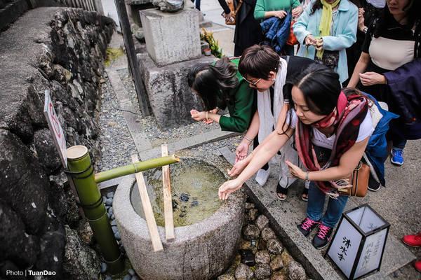 Trước khi lên đường vào chùa, du khách sẽ rửa tay và súc miệng tại một chậu nước lớn bằng đá gọi là temizuya nằm ở bên đường Sando. Hành động này mang ý nghĩa là gột rửa bản thân trước khi vào trong chùa.