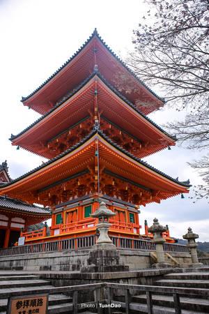 Những ngôi tháp trong chùa đều được sơn màu cam đỏ rất sặc sỡ.