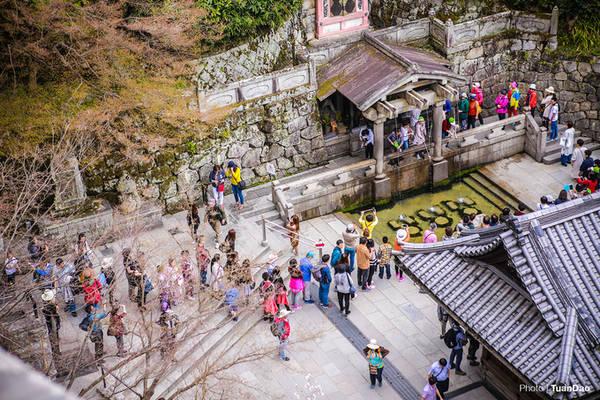 Dưới chân núi là dòng suối thiêng Otowa với 3 dòng nước biểu trưng cho: trường thọ, thành đạt và hạnh phúc. Du khách muốn cầu mong điều gì thì uống nước ở dòng suối đó.