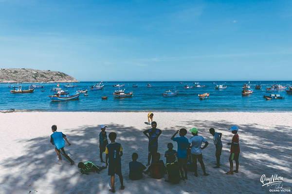Ngoài Eo Gió, Hòn Khô cũng là một địa điểm mà bạn không thể bỏ qua khi đến Quy Nhơn. Từ đất liền, bạn có thể thuê tàu cá của dân địa phương để qua đảo. Bạn có thể đề nghị chủ thuyền cho đi tham quan quanh đảo, ngắm san hô và tắm giữa biển.