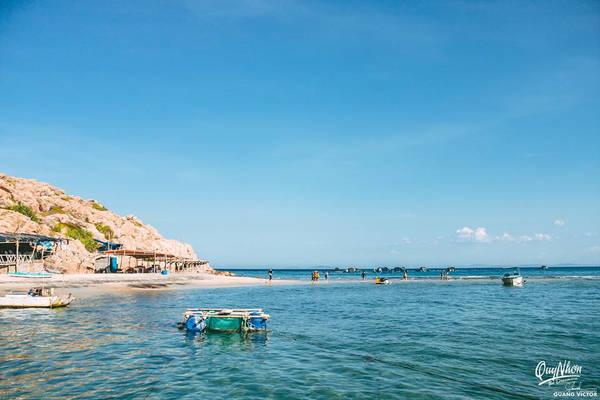 Bãi biển ở quanh Hòn Khô rất có nhiều đá, nhưng đây là một trong những nơi có bãi tắm biển sạch, hoang sơ nhất.