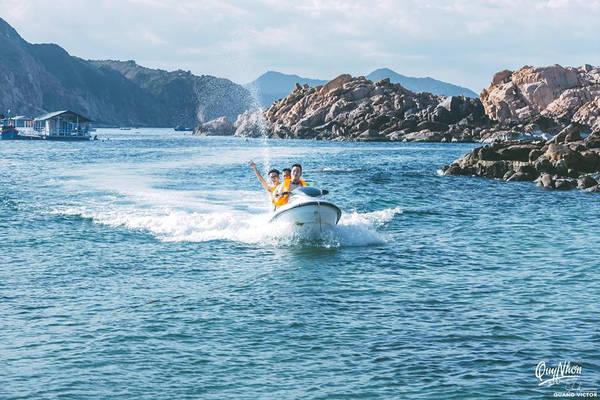 Đến Hòn Khô quả thật có rất nhiều trải nghiệm thú vị. Bạn có thể thuê canô lướt trên những con sóng biển, để cái nắng, cái gió biển táp vào mặt tạo ra cảm giác thoải mái và khoan khoái vô cùng.