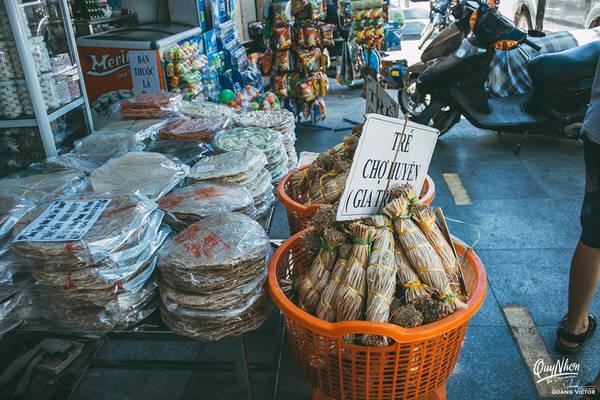 Về trung tâm thành phố buổi tối, bạn đừng bỏ lỡ cơm gà ở nhà hàng Quê Hương tại đường Lê Hồng Phong. Nếu bạn muốn mua đặc sản làm quà, không có thích hợp hơn nem chợ huyện, mắm nhum Mỹ An, rượu Bàu Đá hay bánh ít lá gai...
