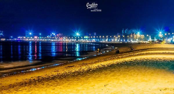 Ngoài đi,dạo bờ biển hay tìm một quán cà phê ngồi nhâm nhi, hay đi xe máy lượn lờ ngắm thành phố với cây cầu vượt sông Thị Nại mê hoặc trong ánh đèn về đêm.