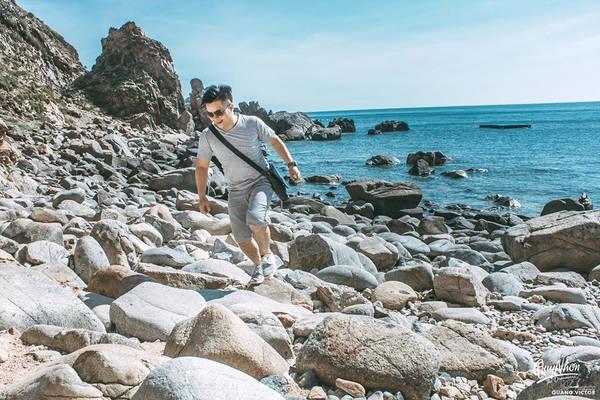 Nắng ở Quy Nhơn lên sớm, tầm 6h là chói chang rồi, được cái nắng không hề rát như Hà Nội. Biển ở đây rất êm đềm, sóng nhẹ chỉ gợn lăn tăn, bờ biển thoải sạch, nước trong xanh.