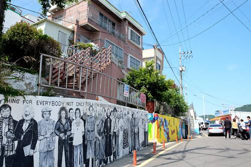 Vào tháng 11/2006, nhóm Tyagenda 21 - một tổ chức địa phương đã lên chiến dịch thay đổi diện mạo cho những khu nhà ổ chuột bằng cách vận động mọi người đến Dongpirang vẽ tranh lên tường. Có 18 đội khác nhau, bao gồm sinh viên trường nghệ thuật, họa sĩ chuyên và không chuyên đã phủ khắp các bức tường, hàng rào, bậc thang, ống khói, thùng nước... bằng hàng trăm tác phẩm tranh sặc sỡ.