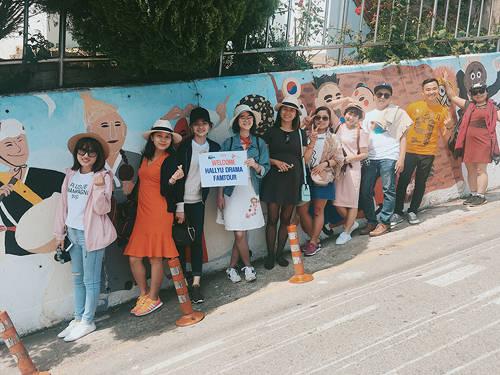 Để di chuyển đến Dongpirang, du khách bắt các tuyến xe buýt hoặc xe khách từ sân bay hoặc thành phố Busan đến Tongyeong. Lộ trình từ Busan đến Tongyeong mất khoảng 2 giờ đồng hồ. Nếu xuất phát từ đảo Geoje, bạn chỉ cần bắt xe buýt đến cảng Gangguan, thị trấn Tongyeong.