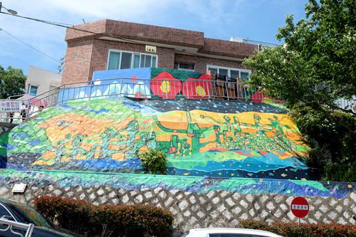 Dongpirang là một ngôi làng nhỏ của Tongyeong, phía nam tỉnh Gyeongsang, Hàn Quốc. Trong tên ngôi làng, 'Dong' là phía đông, còn 'Birang' là ngọn đồi theo ngôn ngữ địa phương. Trước khi trở thành làng bích họa nổi tiếng như bây giờ, nơi đây từng suýt bị phá hủy để xây dựng khu cao ốc theo kế hoạch tái phát triển của chính phủ.