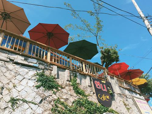 """lang-bich-hoa-noi-tieng-nho-phim-cua-song-Từ khi có diện mạo mới, làng bích họa Dongpirang được ví như đồi """"Montmartre của Hàn Quốc"""". Nơi đây từng là bối cảnh quay tập cuối của bộ phim truyền hình """"Nice Guy"""" (tên khác: The Innocent Man, tựa Việt: Gã khờ) của mỹ nam Song Joong Ki và diễn viên Mon Chae Won.joong-ki-ivivu-6"""