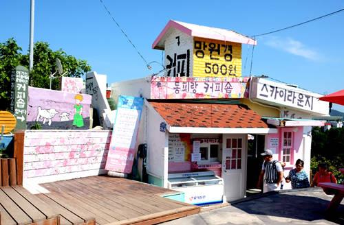 Khi đến làng Dongpirang, du khách dễ dàng bắt gặp một vài tấm poster của bộ phim được đặt tại các địa điểm xuất hiện trên màn ảnh. Tiệm cafe nhỏ xinh nằm gần đỉnh ngọn đồi, có view nhìn xuống bến cảng Gangguan là nơi nhân vật Eun Gi (Mon Chae Won đóng) nhìn trộm Maru (Song Joong Ki đóng) ngồi đọc báo và nhâm nhi ly cafe. Ngôi nhà có màu sắc rực rỡ nằm kế tiệm cà phê này lại được chọn làm ngôi nhà nhân vật Eun Gi cư trú.