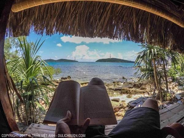 """Ban ngày Việt Anh khám phá hòn đảo nhỏ, tận hưởng không gian yên bình, hoang sơ để đọc sách. """"Ngoài ra, mình còn đi tắm biển, lặn ngắm san hô, trò chuyện với những du khách Tây hiếm hoi biết tới nơi này""""."""