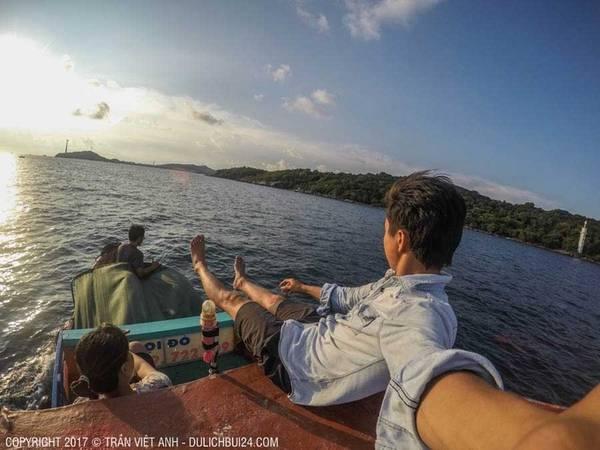 Việt Anh đi thuyền tham quan quanh đảo cùng những người bạn mới quen. Đây cũng là con thuyền riêng của đảo Hòn Dăm để đưa đón khách từ cảng An Thới.