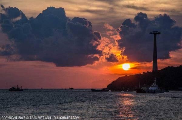 Ngắm mặt trời lặn là một trải nghiệm thú vị ở trên đảo. Việt Anh với em, cùng hai người bạn Đức leo ra bãi đá, nhảy lên mỏm đá cao nhất ngồi ngắm mặt trời lặn. Hoàng hôn ở Phú Quốc lúc nào cũng đẹp, màu biển và không gian tuyệt vời. Giống như cả hòn đảo này chỉ dành riêng cho vài người, điều đấy mang lại cảm giác thích thú. Kết thúc một ngày hai đêm ở Hòn Dăm, kết thúc một trong những trải nghiệm Việt Anh ấn tượng nhất ở Phú Quốc.