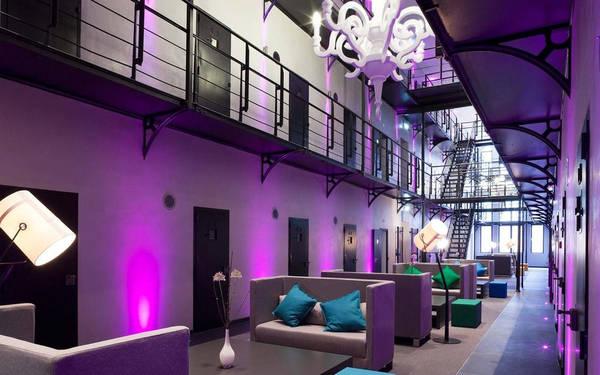 Một số nhà tù được tái sử dụng thành nơi lưu trú và nhà ở của người tị nạn Syria. Tuy nhiên một số khác lại trở thành điểm thu hút khách du lịch. Chẳng hạn như khách sạn Het Arresthuis ở thành phố Roermond.