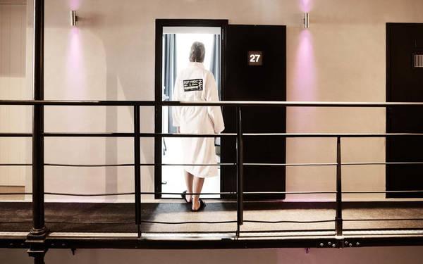 Các phòng trong khách sạn trước đây là phòng giam, được làm lại để người ở không thể nhận ra được, trừ cửa ra vào vẫn là cửa nhà giam ban đầu.