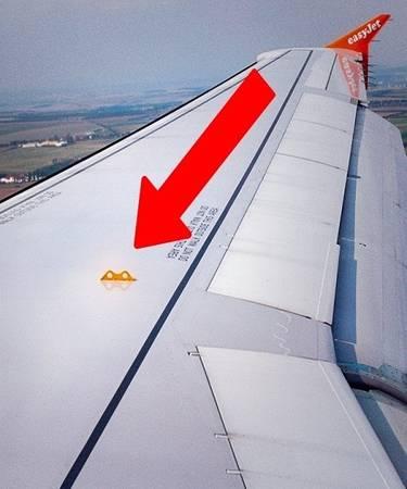 Hệ thống điều hòa không khí Nguồn không khí chúng ta hít thở trên máy bay đến từ quá trình nén khí ở tuabin động cơ. Không khí này đã được lọc và làm mát trước khi đưa vào khoang máy bay qua những lỗ điều hòa dọc thân. Màng lọc khí có thể giữ lại tới 95% lượng vi khuẩn. Ảnh: nalinrat/depositphotos.com.