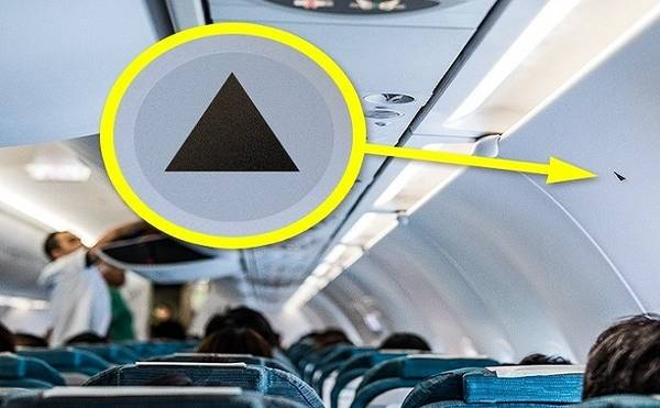 Hình tam giác màu đen Theo một cơ trưởng lái máy bay Airbus A320, những hình tam giác nhỏ màu đen ở phía trên một số chỗ ngồi được dùng để đánh dấu vị trí quan sát cánh máy bay tốt nhất. Phi công đôi lúc cần nhìn tận mắt để kiểm tra nếu nghi ngờ độ nghiêng của cánh máy bay và chỉ số trên đồng hồ không khớp nhau, nhưng trường hợp như vậy rất hiếm khi xảy ra. Ảnh: leungchopan/depositphotos.com.
