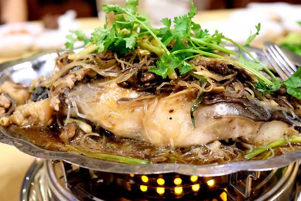 Cá lăng con to gần 5 kg cũng được mang đi chưng tương với bún tàu, nấm mèo, thịt ba rọi. Theo các đầu bếp của nhà hàng Muông Xanh thuộc khu du lịch rừng Madagui, cá lăng sống ở suối có thịt vừa thơm vừa chắc, phần mỡ giòn không ngấy như cá nuôi ở các hồ nước tĩnh lặng.