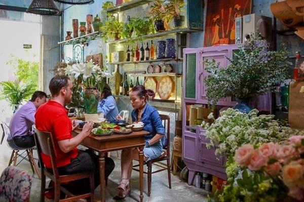 Quán nằm trên đường Lê Thị Hồng Gấm, quận 1, không có thực đơn cho khách gọi món. Khi đến ăn, thực khách sẽ được dọn một mâm cơm do đầu bếp quyết định thực đơn mỗi ngày.