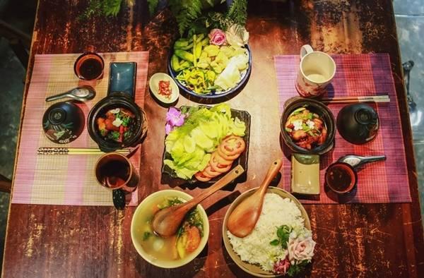 Nhiều du khách nước ngoài thích khám phá mâm cơm gia đình người Việt trong không gian nhiều hoa tươi.