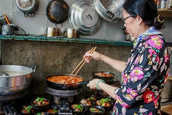 Mang tên đậm chất Pháp là Padma de fleur, nhưng quán hầu như phục vụ các món quen thuộc với bữa cơm hàng ngày của người Việt như cá kho tộ, canh chua... được trang trí bằng các loại hoa tươi nhập khẩu đắt tiền.