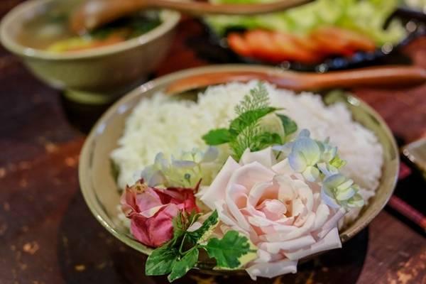 Bát cơm trắng đơn giản nhưng được trang trí bằng hoa hồng, hoa cẩm tú cầu... trở nên đẹp và nghệ thuật hơn.