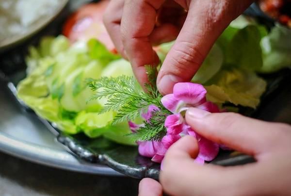 Mỗi mâm cơm được trang trí tỉ mỉ, thậm chí phù hợp với sở thích riêng của khách đặt chỗ, vì hầu hết khách đến đây là khách quen.