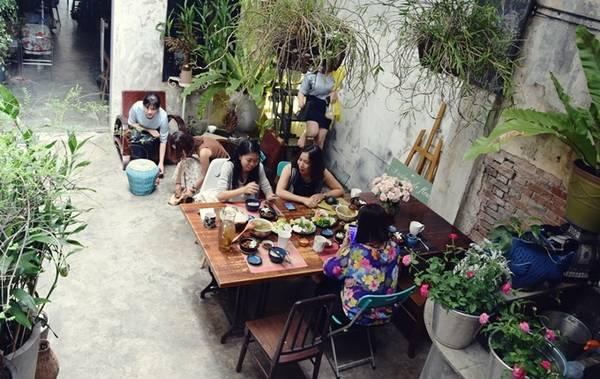 Ngoài hoa tươi trong các bát cơm, tộ cá... trên mỗi bàn ăn cũng đặt những bình hoa tươi đắt tiền.