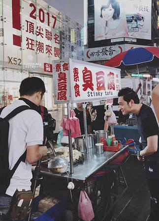 Chợ đêm  Theo Quang Vinh, đến Đài Loan mà không ghé thăm các chợ đêm quả là một thiếu sót. Khoảng thời gian bắt đầu nhộn nhịp từ 18h tới 23h hàng ngày, tuỳ từng chợ, các món ăn dao động trong khoảng 20.000 – 150.000 đồng cho mỗi món ăn vặt, đủ mọi loại hình, đủ mọi khẩu vị với vô vàn cách chế biến khác nhau. Gợi ý điểm đến là Ximending, Shilin, Keelong.