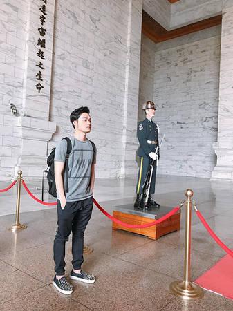 Ghé chùa Long Sơn - Khu tưởng niệm Tưởng Giới Thạch Chùa Long Sơn được xây dựng vào năm Càn Long thứ 3 đời nhà Thanh, sau nhiều lần trùng tu cải tạo đến nay vẫn giữ được nét cổ kính, tọa lạc ở khu vực phồn hoa buôn bán bậc nhất Đài Bắc vào cuối thế kỷ 20. Khu tưởng niệm Tưởng Giới Thạch là khu ghi nhớ công ơn người đã khai sinh đặt nền móng đầu tiên cho Đài Loan. Xung quanh có trung tâm hoà nhạc quốc gia, thư viện, khu triển lãm, cửa hàng lưu niêm, vườn hoa mang phong cách Trung Hoa. Nơi này mở cửa các ngày trong tuần và không mất vé.