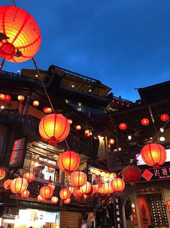 Thưởng trà A Mei Tea House nổi tiếng bởi lầu trà với dàn lồng đèn đỏ thắp sáng suốt cả ngày. Tầng 2 ở đây có tầm nhìn thơ mộng, bao quát hết cả một khu phố nhỏ nhộn nhịp bên dưới. Du khách có thể yên tĩnh nhâm nhi chút hương trà, ngắm biển, ngắm bình yên trôi qua.