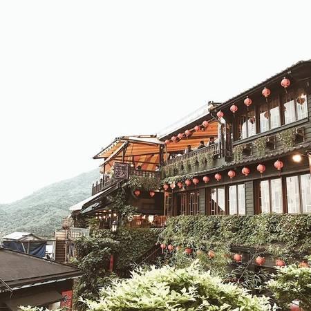 """Dạo chơi phố cổ Cửu Phần và Thập Phần là hai khu phố cổ nổi tiếng nhất Đài Loan. Trong đó Cửu Phần là bối cảnh quay một số bộ phim nổi tiếng như """"Bi tình thành thị"""", """"Vô diện""""... Thập Phần là nơi có thác nước lớn nhất Đài Loan và khu đường ray chở than trước kia nay vẫn được hoạt động với mục đích chuyên chở khách du lịch."""