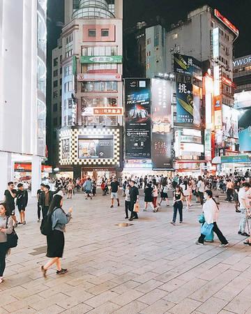 Mua sắm Taipei 101 từng nhiều năm được công nhận là tòa nhà cao nhất thế giới và đạt được nhiều giải thưởng về thiết kế trong nước cũng như quốc tế. Bạn có thể đến tham quan và thưởng thức món tiểu long bao nức tiếng ở cửa hàng Đỉnh Thái Phong nằm ngay dưới chân tòa nhà. Ngoài ra, bạn còn được thoả sức mua sắm với hàng loạt các trung tâm mua sắm có cầu thang bộ trên không nối liền với rất nhiều thương hiệu nổi tiếng.