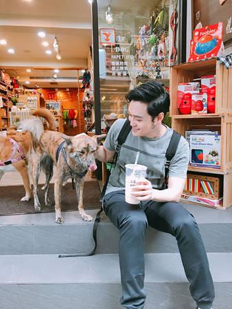 """Uống trà sữa """"Đến cái nôi của trà sữa mà lại không thử vài ly thì đúng là quá phí rồi"""", Vinh nhấn mạnh. Các thương hiêu trà sữa nổi tiếng và phổ biến tại Đài Loan hiện nay là 50 Lan, Xuân Thuỷ Đường, Chattime, Tianren's, Gongcha… với khoảng 40.000 đồng bạn đã có một cốc trà sữa đúng chuẩn Đài Loan."""